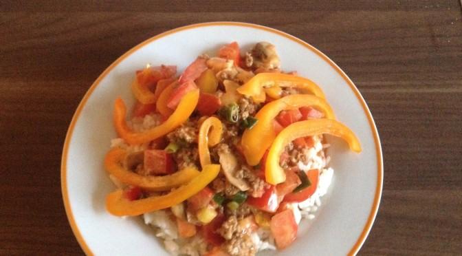 peppiger Hackfleisch-Gemüsetopf auf Reis
